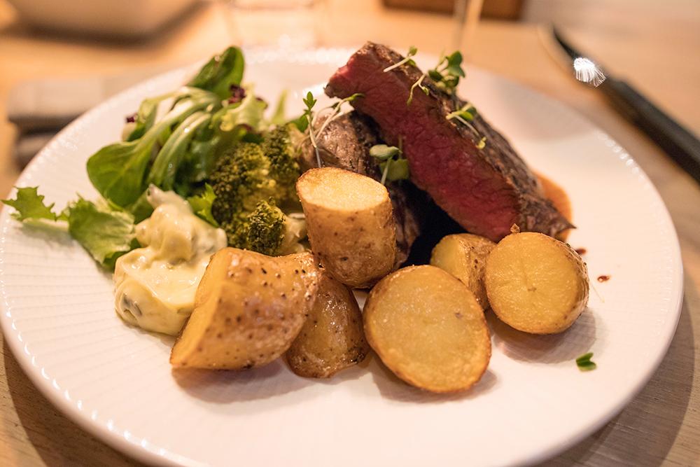 Firade alla hjärtans dag på Butlers Trollhättan Hängmörad Ryggbiff Serveras med friterad potatis, broccoli, frissésallad, timjansky & béarnaise.