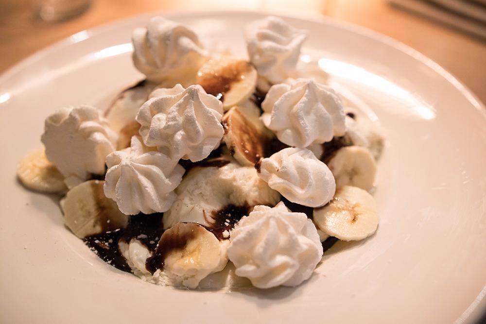 Firade alla hjärtans dag på Butlers trollhättan Marängsviss Hemgjorda maränger med vaniljglass från Lejonet & Björnen, banan, vispad grädde & chokladsås.