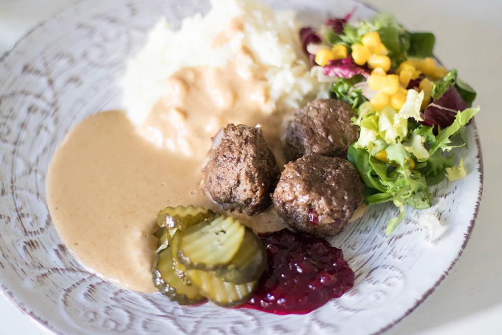potatismos, köttbullar, brunsås, råröda lingon och saltgurka