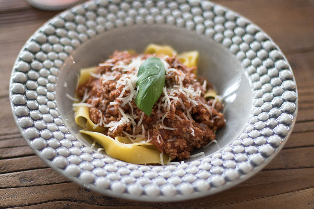 spagetti och köttfärssås på mateus tallrikar på en fullspäckad dag