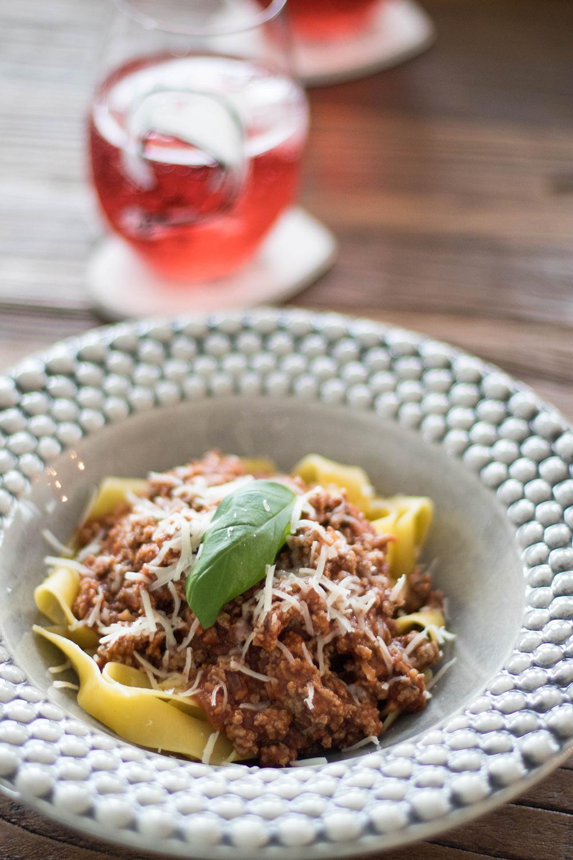 spagetti och köttfärssås i mateus tallrikar på en fullspäckad dag