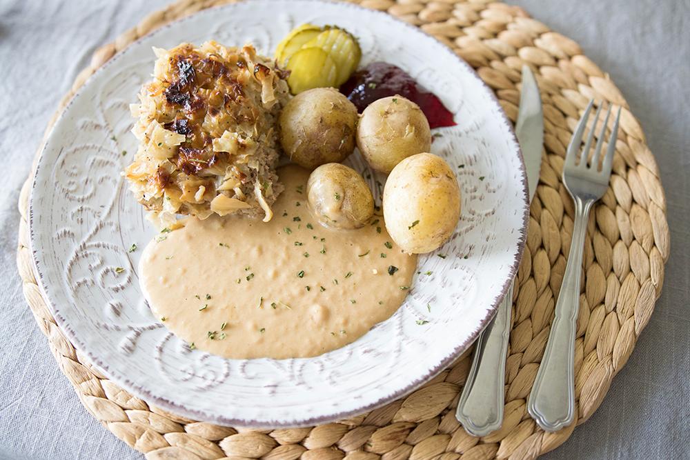 Matsedel och lite nytt. Kålpudding med potatis, brunsås och hemmagjord rödvinbärsgele.