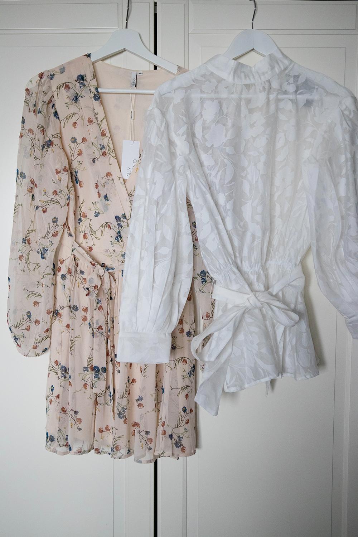 blommig klänning från nly trend köpt på nelly.com och en vit blus