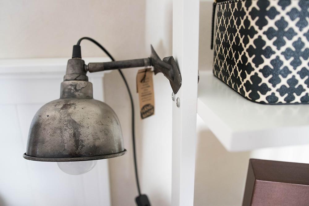 Lampa som med sitt clip kan fästas på bl a sänggaveln, bokhyllan eller i köket på kökshyllorna. Från Köpstaden.