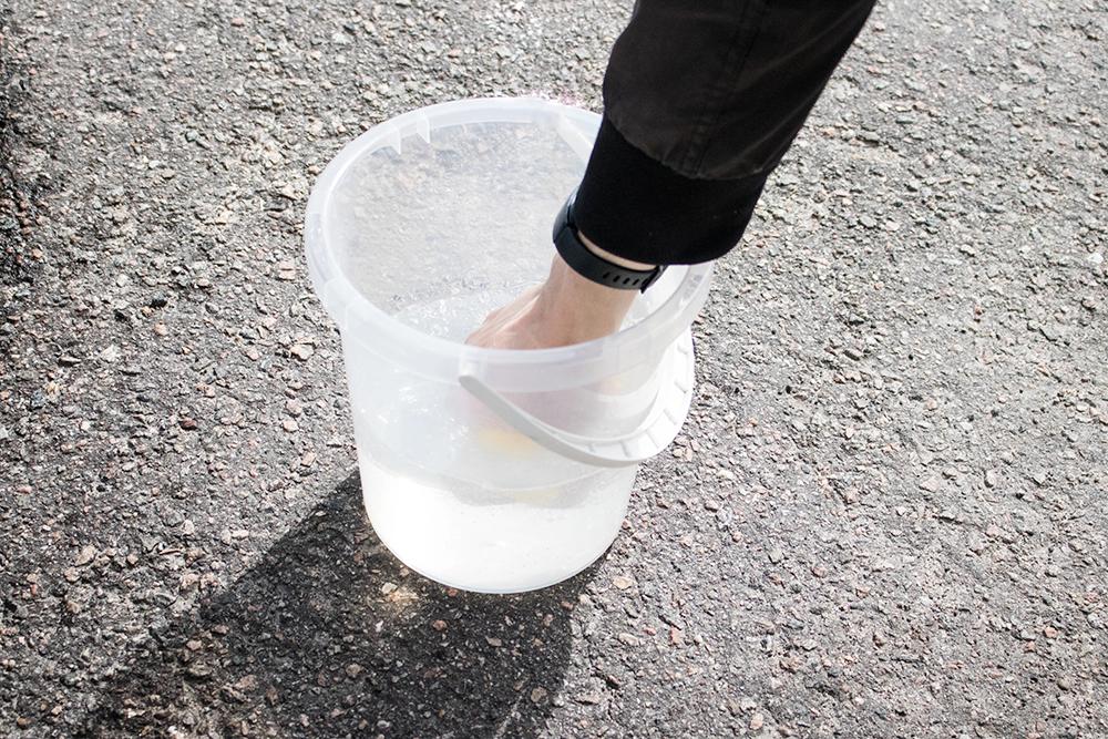 tvättar bilen med bilvård från bollnäsbilvård